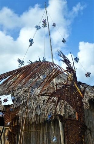 Cans put to good use as Xmas decorations, Isla Tigre
