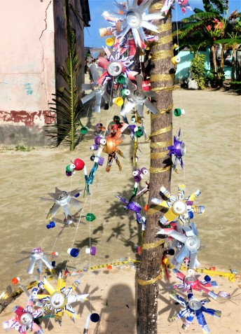 Cans beautifully transformed into a Xmas tree, Isla Tigre