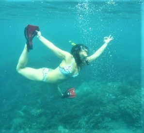 Leigh in underwater Dancer pose